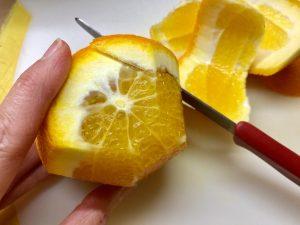 Orange schälen, um die Filets heraus zu schneiden