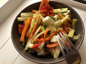 Gemüseblech mit gewürfeltem Schafskäse