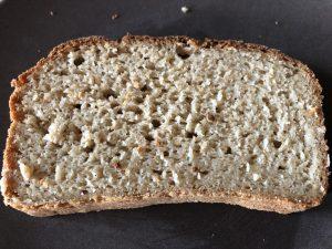 Eine Scheibe vom glutenfreien Brot